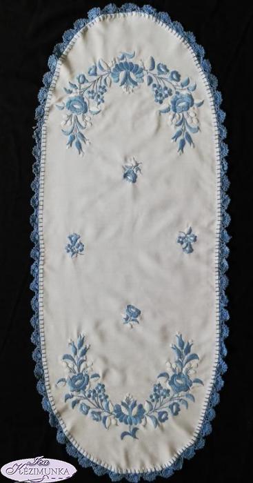 bf9c81a542 Hímzett terítő kék hímzés horgolt szél 88x38 | Kézimunka Webáruház