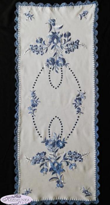 e7b02464cb Hímzett terítő kék hímzés luggalt horgolt 85x36 cm | Kézimunka Webáruház